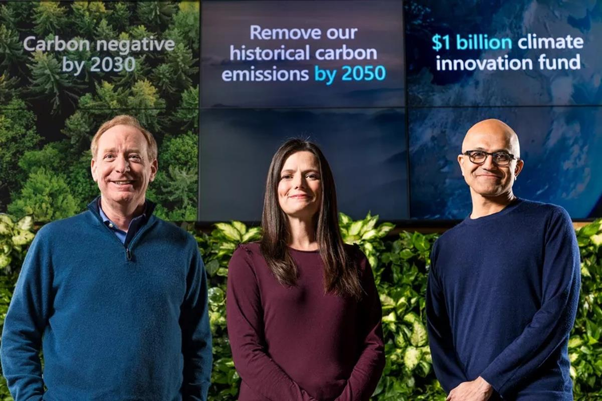 El presidente de Microsoft, Brad Smith, el director financiero, Amy Hood, y el director ejecutivo, Satya Nadella